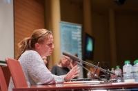 Mònica Tudela (El Periódico) fa un resum periodístic de la conferència de Jane Evelyn Atwood Foto Juan Ruz
